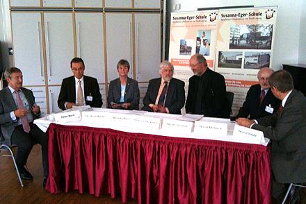 Von rechts: Helmut Raabe, Horst Mirbach, Heiner Simons, Heinrich Dieckmann, Monika Barz, Dr. Hans Weller, Peter Born